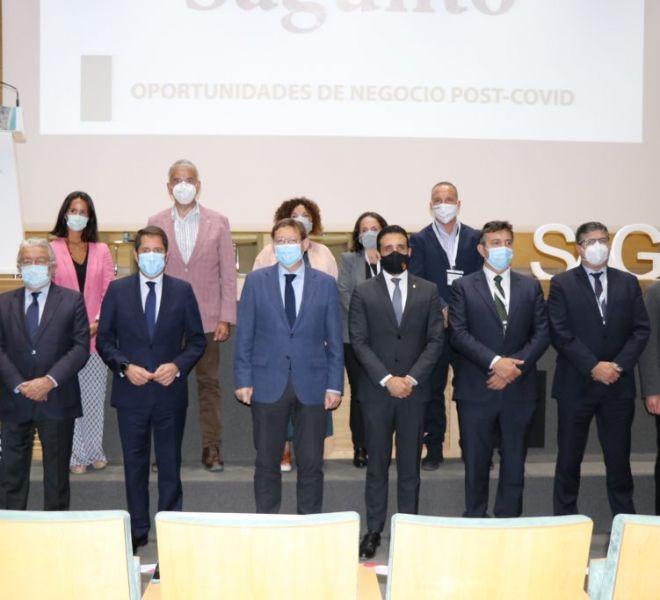 Foto-de-familia-presidida-por-Ximo-Puig-Gerardo-Cuerva-y-Darío-Moreno-durante-el-foro-de-inversión-local-de-Sagunto-1024x683